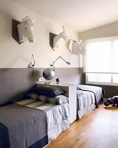 Betten Für Kinderzimmer : raumtrenner f r ein geteiltes kinderzimmer zwei betten an der wand und dazwischen ein regal ~ Eleganceandgraceweddings.com Haus und Dekorationen
