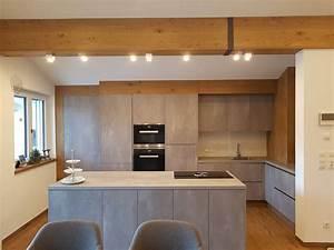 Küche In Betonoptik : k che in harter betonoptik und weicher eichenverkleidung ~ Michelbontemps.com Haus und Dekorationen