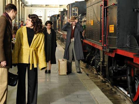 sira quiroga  abrigo mostaza  pantalon palazzo el