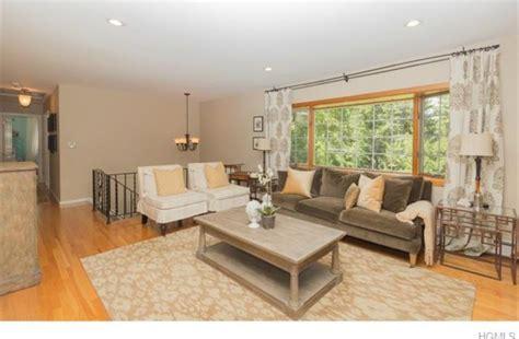 Bi-level Living Room Entry