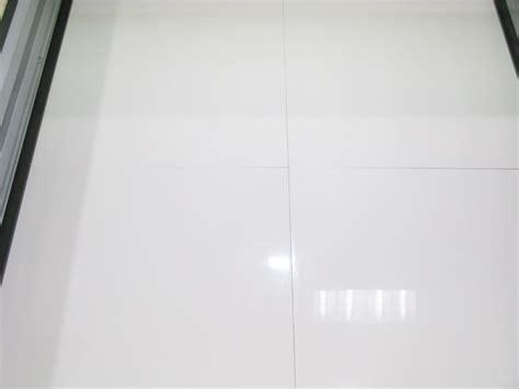 la cuisine de comptoir carrelage blanc brillant pour sol