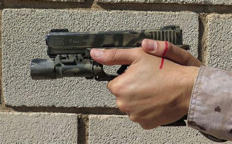 posici 243 n y o postura y empu 241 e de una pistola el de tiro t 225 ctico ebdt2