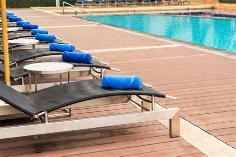 piastrelle bordo piscina pavimenti in legno per piscine scopri il nostro decking