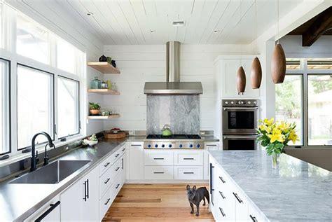 grande cuisine ouverte ambiance cosy par le luminaire led dans une cuisine