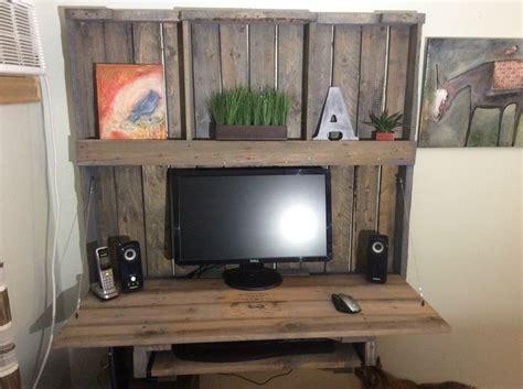 bureau d 39 ordinateur réalisé avec une palette de bois