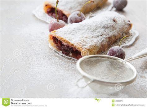 dessert avec des myrtilles surgelees dessert roumain et moldove traditionnel avec des griottes i photo stock image 43855670