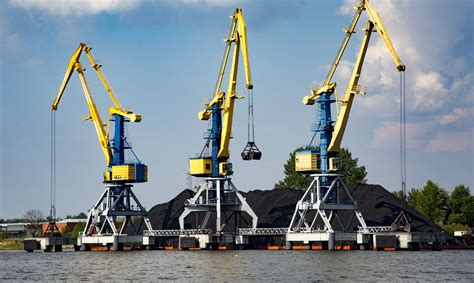 Rīgas ostā janvārī par ceturto daļu sarucis pārkrauto ...