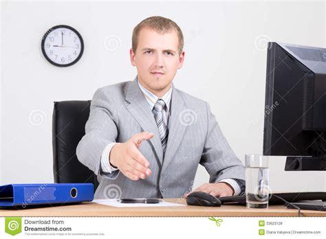 affaire bureau homme d 39 affaires offrant une de accueil dans le