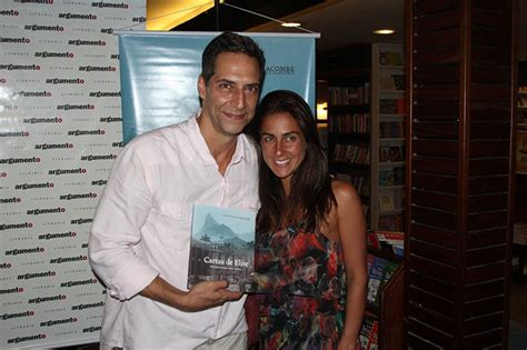Luís Ernesto Lacombe recebe amigos em lançamento de livro ...