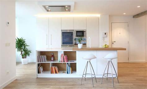 foto cocina barra  libreria integradas en la vida del