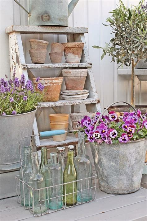 scala porta fiori  shabby chic  binomio perfetto idee