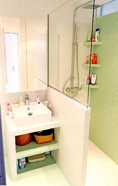 Plan Vasque En Carrelage Blanc Dans Petite Salle De Bain