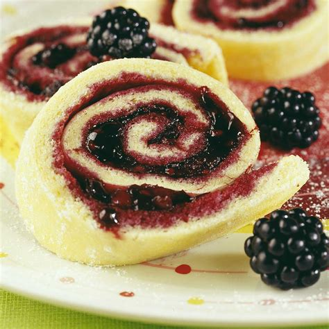 dessert avec des mures biscuit roul 233 aux m 251 res une recette dessert cuisine le figaro madame