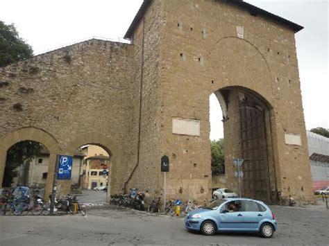 Porta Romana by The Roundabout Next To The Ancient Gateway Foto Di Porta