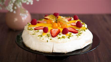 luftige pavlova torte mit buntem fruechte topping