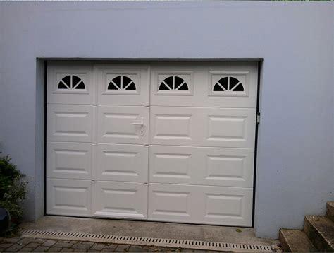 porte de garage basculante motoris 233 e avec portillon maison travaux