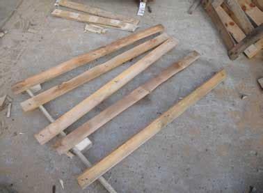 chutes de palettes pour fabriquer un escalier en bois