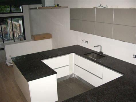 cuisine en noir et blanc cuisine avec marbre noir