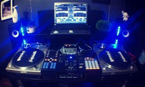 minimalist setup and vinyls dj setup at fundjstuff