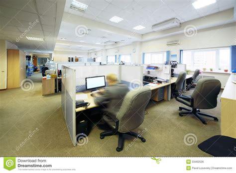 oule le de bureau les gens s 39 asseyent dans le bureau avec séparé par des