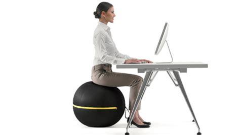 siege ballon travailler assis sur une balle en profondeur