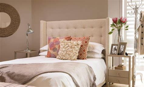 affordable ways  decorate  bedroom   women