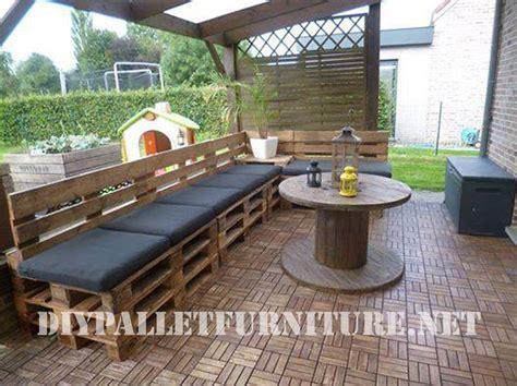 construire un canape avec des palettes terrasse meublée avec des palettes et une bobine en