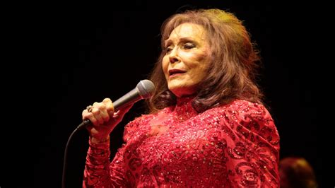 Loretta Lynn Makes Surprise Appearance at Country Hall of