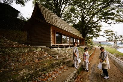 airbnb  japan attracts thousands  visitors