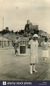 20er Jahre Kleidung Frauen : eine frau in traditioneller kleidung der mode der 20er jahre italien stockfoto bild 97019293 ~ Frokenaadalensverden.com Haus und Dekorationen