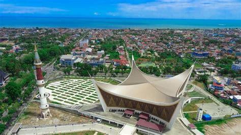masjid raya sumatera barat jadi destinasi wisata religius