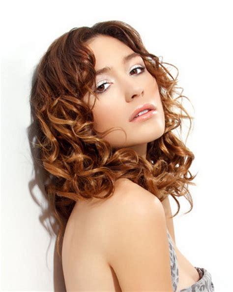 frisuren lockiges haar frisuren f 252 r mittellanges lockiges haar