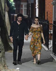 'Pregnant' Carey Mulligan shows her shape in London ...