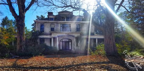eerie images show  crumbling remains   century  italian style manor house media drum
