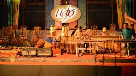 Berikut adalah nama alat musik tradisional khas jawa barat yang dilengkapi gambar dan penjelasan dengan penulisan yang mudah dibaca. 12 Alat Musik Tradisional Jawa Barat dan Penjelasannya - Tokopedia Blog
