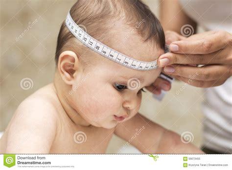 bureau de contr e la maman mesure la taille de la tête un beau bébé photo