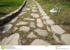 chemin en pierre dans le jardin images libres de droits With chemin de jardin en pierre