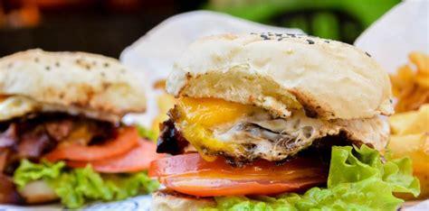 «el otro día estuve en un bar y vi que la hamburguesa llevaba queso curado y mermelada de fresa… Día de la Hamburguesa: así se hacen las mejores burgers de La Plata | 0221