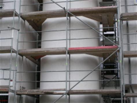 gerüst für treppenhausrenovierung ger 195 188 st f 195 188 r fensterbau austausch und anstreichen der hausfassade in d 195 188 ren bauunternehmen