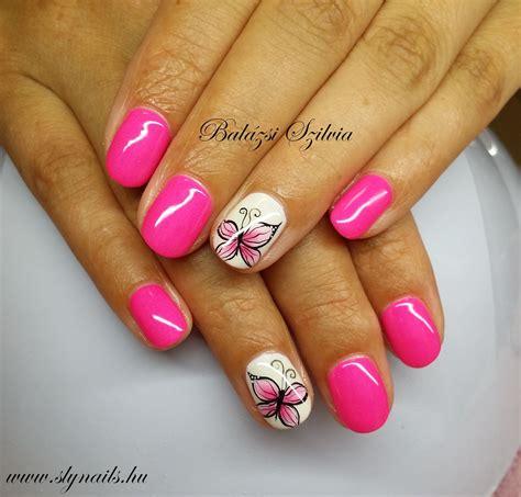 A különleges köröm díszek (mint például rózsák, levelek, kövek) különlegesebbé teszik az egyszerű francia manikűrt. pink pillangós köröm   Körömminták, Körmök, Köröm