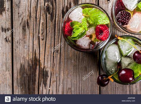 zutaten auf englisch satz traditionellen sommer erfrischende getr 228 nke beere mojito mit limette minze brombeeren