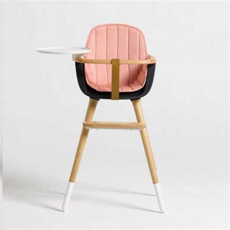 chaise a manger pour bebe sur la chaise haute design micuna ovo bébé prend de la