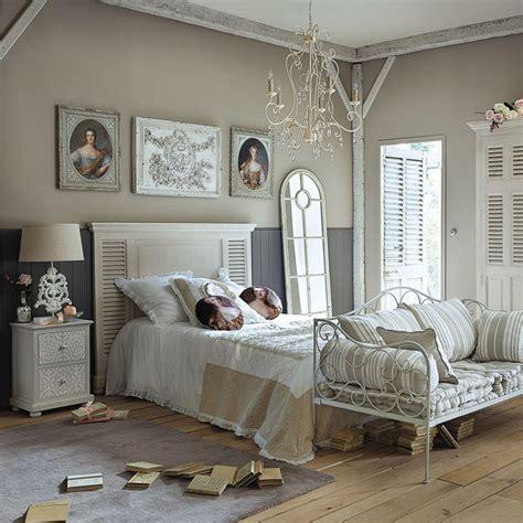 chambre romantique avec meubles et décoration de style romantique et cosy