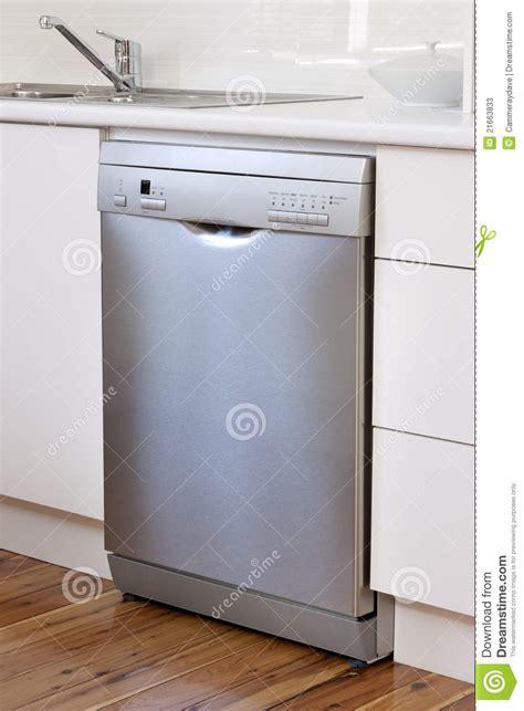 cuisine lave vaisselle appareil de lave vaisselle dans la cuisine photos stock