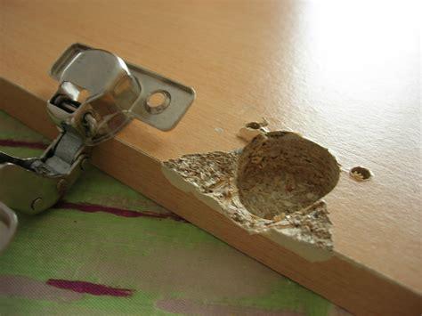 comment reparer un trou dans une porte comment reparer une porte abimee