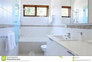 salle de bains blanche image stock image du longeron With salle de bains blanche