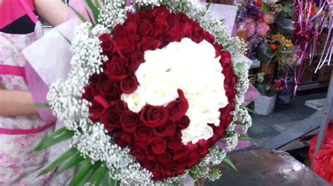 florist  singapore making   roses heart shape hand