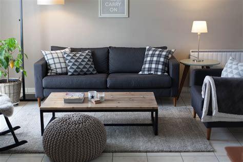 déco coussin canapé mur gris clair et canapé gris foncé coussins graphiques