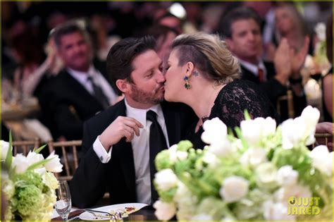 Kelly Clarkson & Her Hubby Like to Kiss, Not 'Fight ...