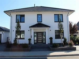 Kleine Moderne Häuser : berdachter eingangsbereich auf s ulen kleine fenster ~ Lizthompson.info Haus und Dekorationen